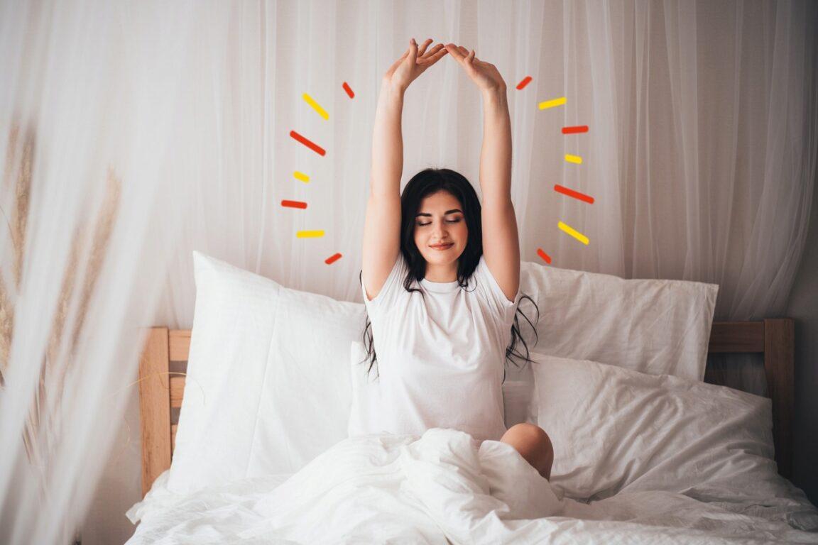 Mujer practicando meditación por la mañana