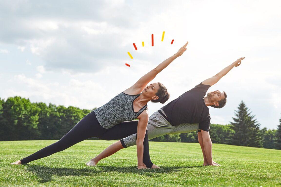 Yoga de dos: Pareja practicando yoga