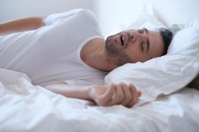 Postura dormir de lado en la cama